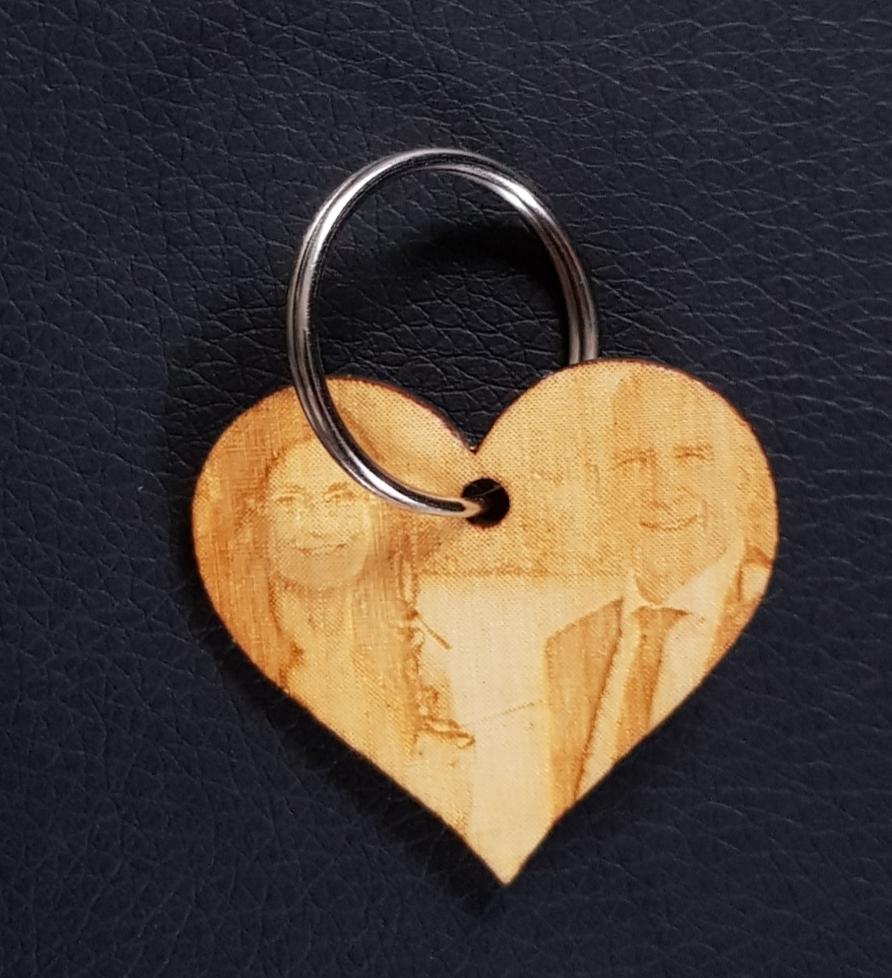 Sleutelhanger van hout met uw foto gegraveerd.